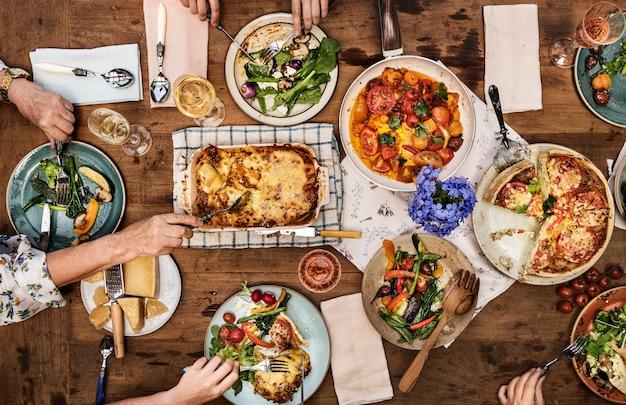 Kolacja z domowej roboty lasagne i quiche