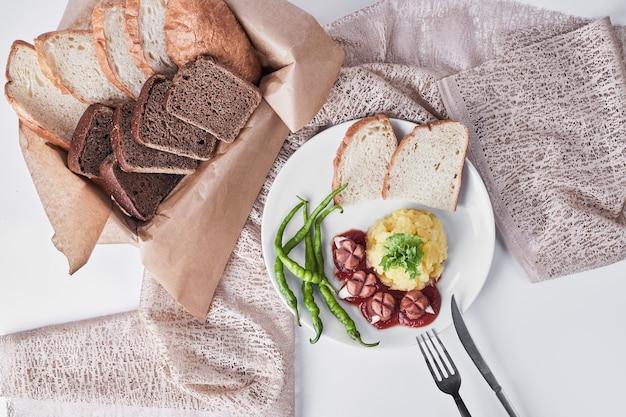 Kolacja z kromkami chleba, widok z góry.