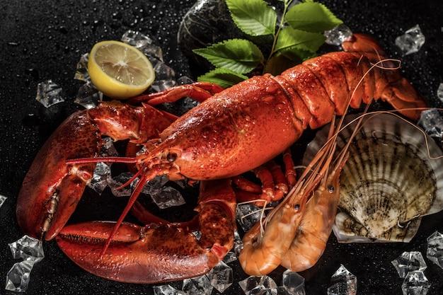 Kolacja z owocami morza i widokiem z góry homara