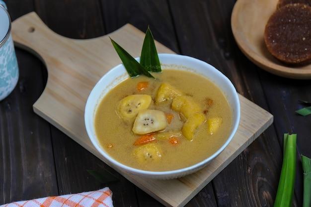 Kolak pisang czyli kompot z bananów i słodkich ziemniaków to popularny indonezyjski deser z banana