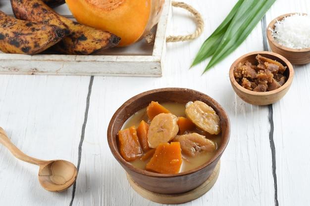 Kolak pisang indonezyjskie tradycyjne jedzenie bardzo popularne w miesiącu ramadan
