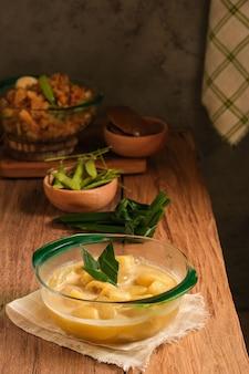 Kolak pisang to tradycyjny indonezyjski deser. zrobiony z banana i owoców palmy cukrowej gotowanych z cukrem palmowym, mlekiem kokosowym i liśćmi pandanu. bardzo popularny deser, podawany podczas ramadanu.