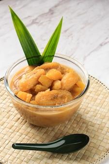 Kolak pisang ubi to banan, a kompot ze słodkich ziemniaków to popularny indonezyjski deser podczas ramadanu na post. gotowane z mlekiem kokosowym, cukrem palmowym i liśćmi pandanu. kopiuj miejsce na tekst