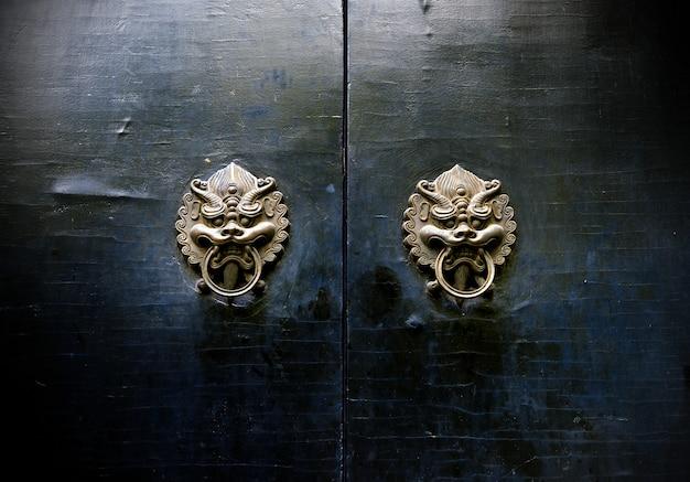Kołatka orientalnej starożytnej architektury
