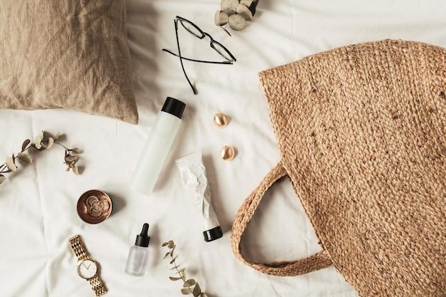 Kolaż mody piękności z akcesoriami i kosmetykami dla kobiet na białej pościeli