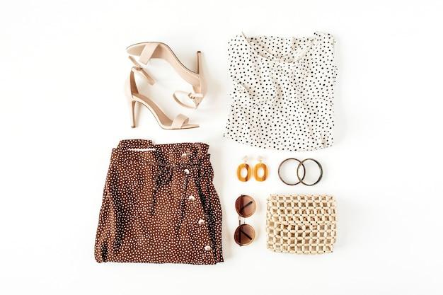 Kolaż mody z damskimi ubraniami i dodatkami na białej powierzchni