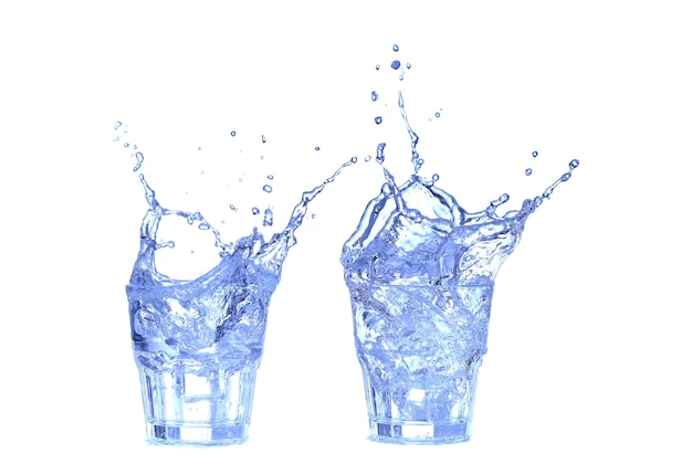 Kolaż szklanka wody, lodu i plasterka cytryny na białym tle