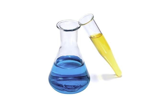 Kolba chemiczna i probówka z niebieskim i żółtym płynem