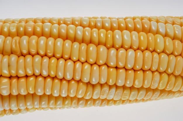 Kolby kukurydzy ekologicznej na białym tle.