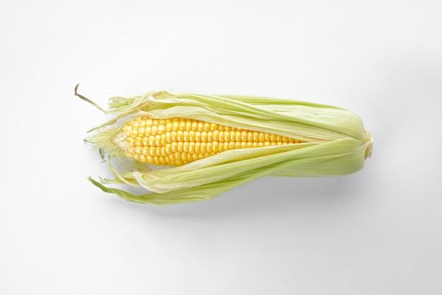 Kolby kukurydzy na białym tle