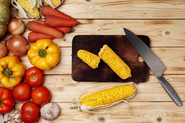 Kolby kukurydzy na drewnianej desce do krojenia