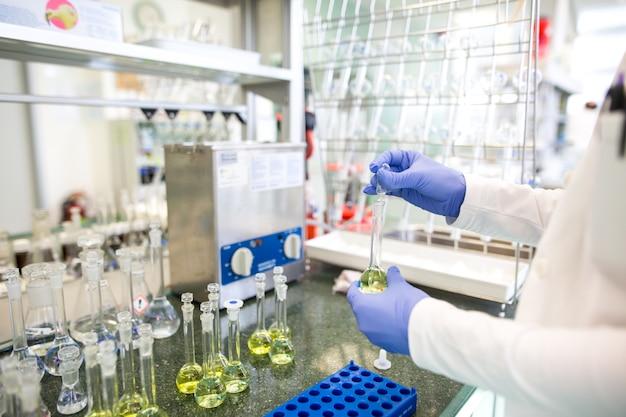 Kolby z płynami w laboratorium, fabryce przemysłu farmaceutycznego i laboratorium produkcyjnym, koncepcja chemii