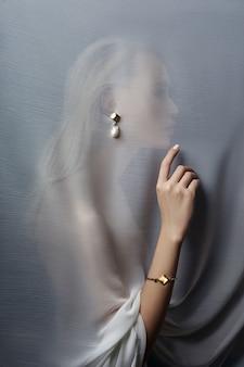 Kolczyki i biżuteria w uchu seksownej kobiety