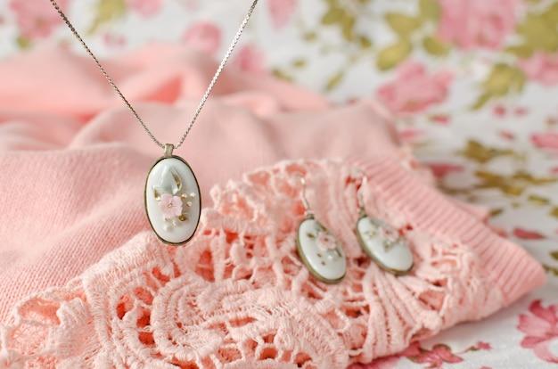 Kolczyki i zawieszka na łańcuszku z owalną oprawką z mosiądzu z wstawką z porcelanowego kaboszonu. dekoracja vintage