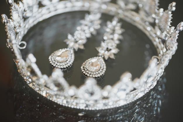 Kolczyki z koroną biżuterii