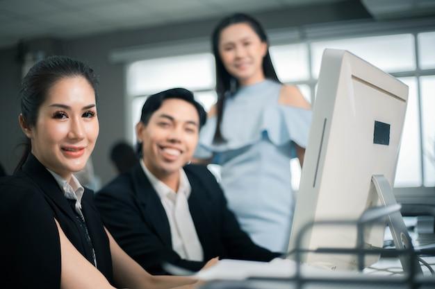Koledzy biznesowi analizujący informacje napływające do biura