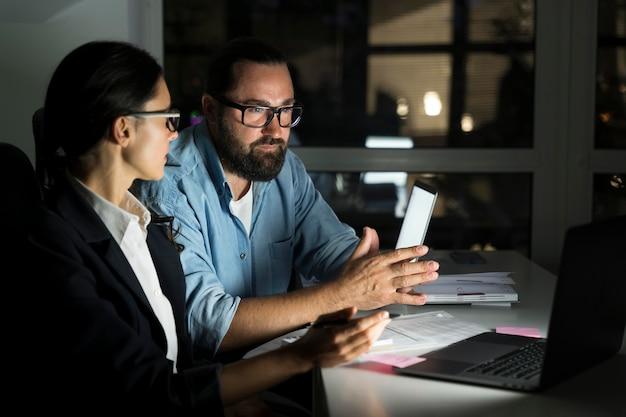 Koledzy biznesowi pracujący do późna w biurze