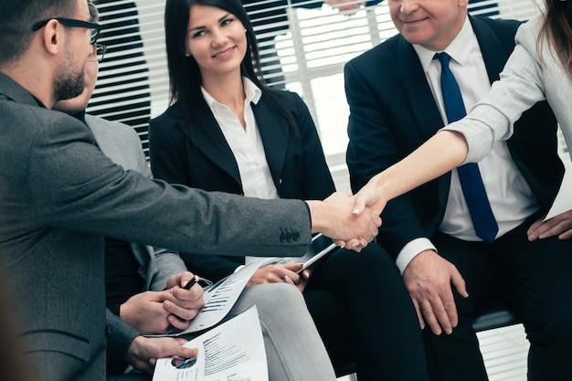 Koledzy biznesowi ściskają sobie ręce. pojęcie pracy zespołowej
