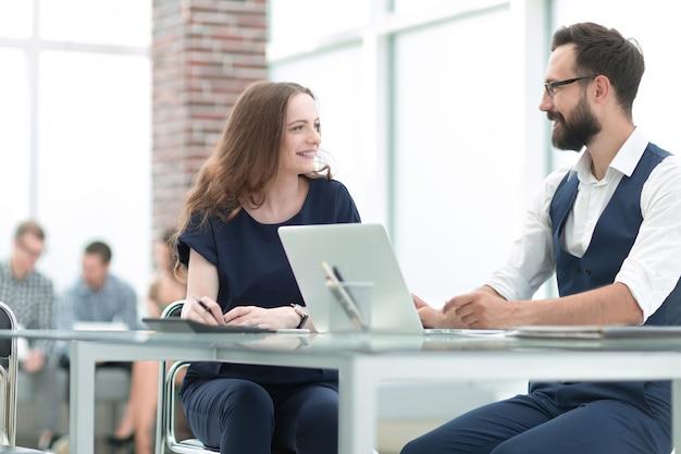 Koledzy biznesowi w miejscu pracy w biurze. pomysł na biznes