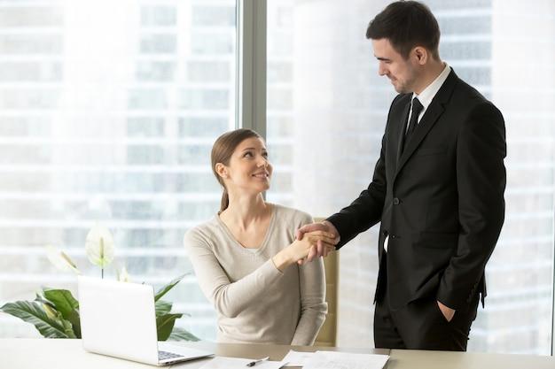 Koledzy gratulując sobie nawzajem z powodzeniem