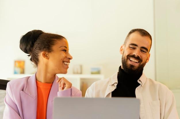 Koledzy mający spotkanie online w pracy