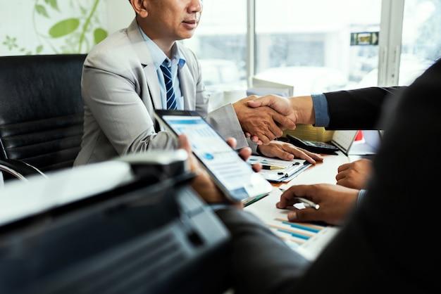 Koledzy męscy przedsiębiorcy w pokoju konferencyjnym przy kreatywnie biurem dyskutuje księgowość handel