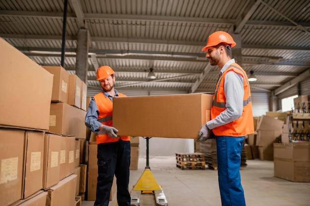 Koledzy noszący czapkę ochronną podczas pracy w pomieszczeniach