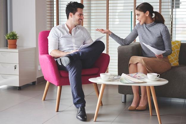Koledzy odbywają spotkanie biznesowe w pracy