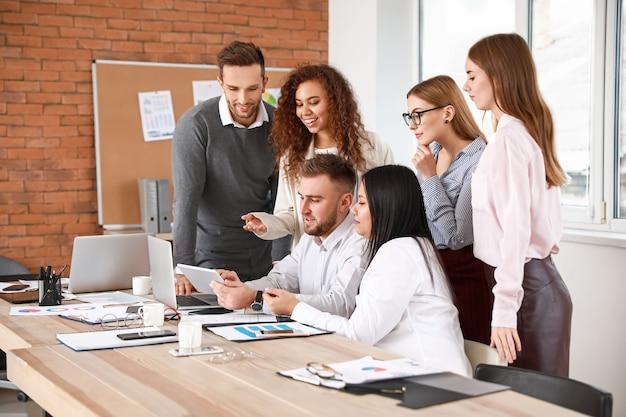 Koledzy omawiają problem na spotkaniu biznesowym w biurze