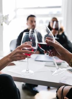 Koledzy opiekają kieliszki do wina w pracy