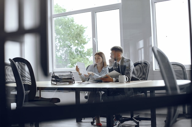 Koledzy piją kawę partnerzy biznesowi na spotkaniu biznesowym mężczyzna i kobieta siedzą przy stole
