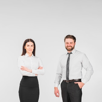 Koledzy płci męskiej i żeńskiej stojących razem