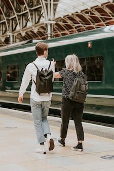 Koledzy podróżujący razem na peronie kolejowym