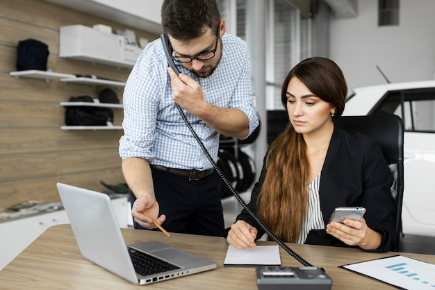 Koledzy pracujący razem w biurze