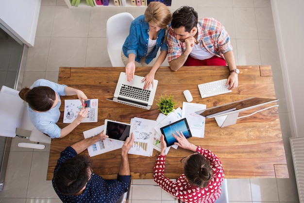Koledzy pracujący w biurze w miłej atmosferze