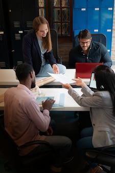Koledzy pracujący w nowoczesnej przestrzeni biurowej