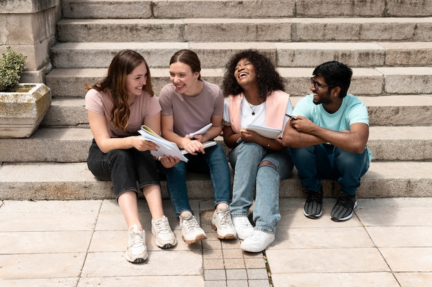Koledzy studiujący razem przed uczelnią przed egzaminem