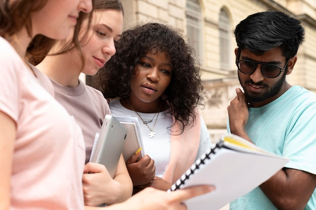 Koledzy studiujący razem przed uczelnią