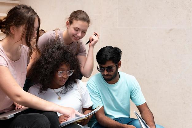 Koledzy uczący się razem do egzaminu kolegium