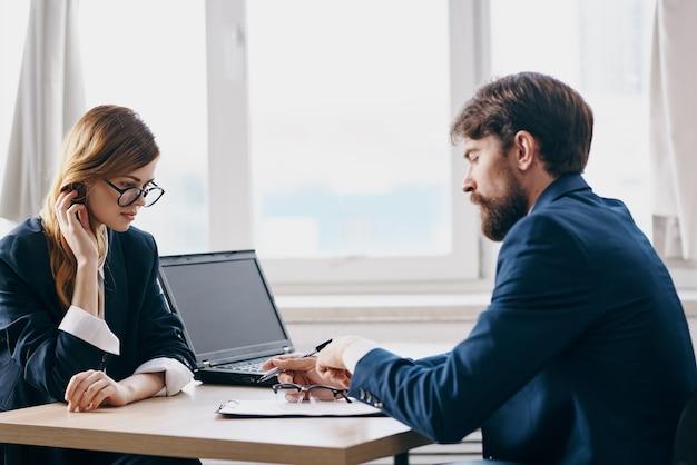 Koledzy w biurze przed laptopem kariery technologii sieciowych. zdjęcie wysokiej jakości