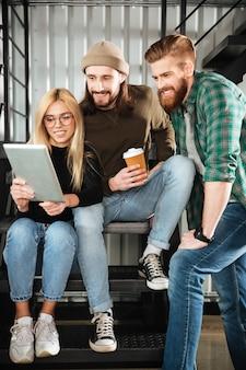 Koledzy w biurze przy użyciu komputera typu tablet
