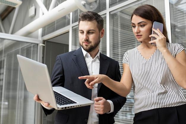 Koledzy wspólnie planujący projekt biznesowy