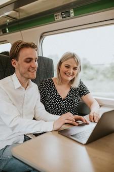 Koledzy współpracujący w podróży służbowej