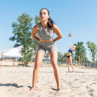 Koledzy z drużyny kobiet grających w siatkówkę na plaży