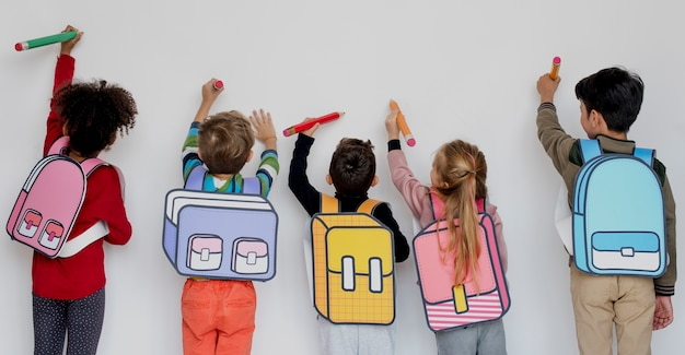Koledzy z klasy znajomi torba edukacja szkolna