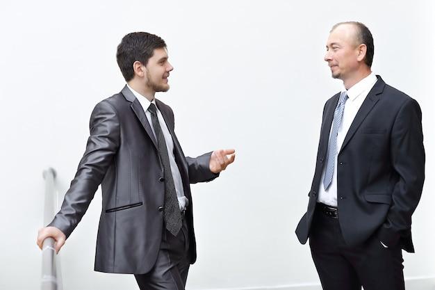 Koledzy z pracy omawiają kwestie biznesowe. biuro w dni powszednie