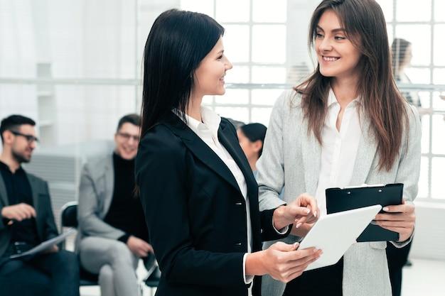 Koledzy z pracy omawianie dokumentów biznesowych stojących w biurze. pomysł na biznes