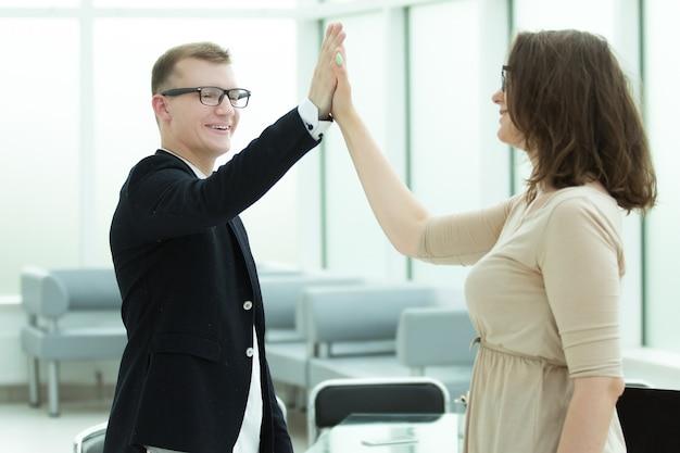 Koledzy z pracy przybijają sobie piątki. koncepcja sukcesu