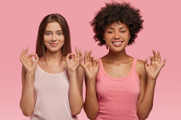 Koledzy z rasy mieszanej wykonują dobry gest