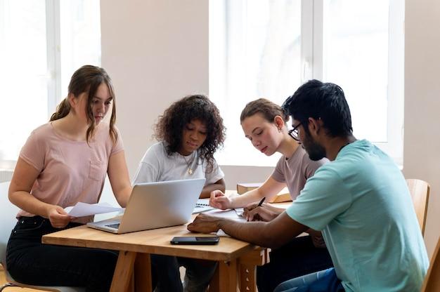 Koledzy z uczelni studiują razem